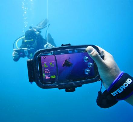 Diveroid Turns Your Smart Phone Into an All-in-One Diving Monitor and Underwater Camera