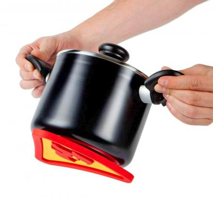 Magnetic Trivet Sticks To Bottom of Pot While Carrying - Magnetic Hot Pad