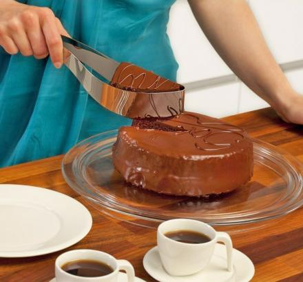 Magisso Cake Server and Slicer Lets You Easily Squeeze and Serve