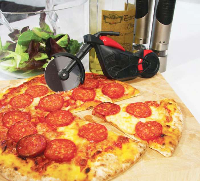 the pizza chopper is a pizza roller thatu0027s made to look like a motorcycle with the front wheel of the bike acting as the pizza cutter