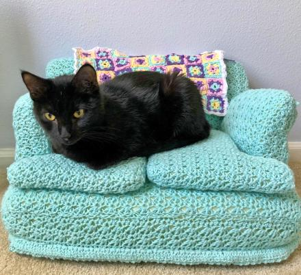 People Are Making Tiny Crochet Cat Couches With Their Free Time, And We Can't Get Enough Of Them