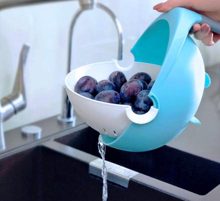 This Genius Self-Balancing Colander Dumps Water, But Keeps Food Upright