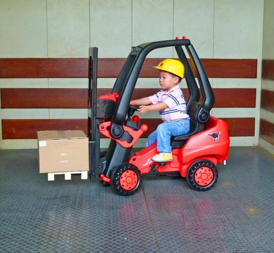 This Kids Pedal Powered Forklift Actually Lets You Pick