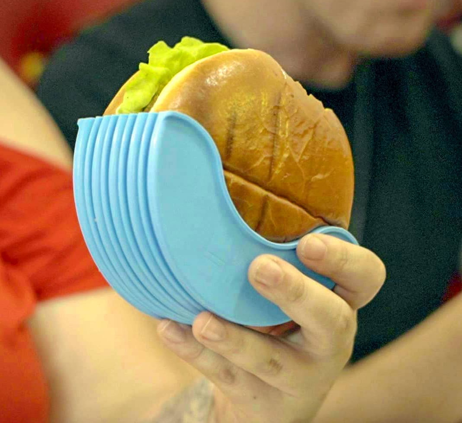 Hamburger Holder Prevents Juices and Sauces From Making a Mess