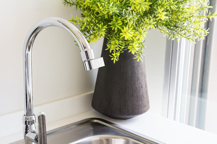 Altered Nozzle Kitchen Faucet Conserves 98% of Water Used - Water conserving misting faucet nozzle