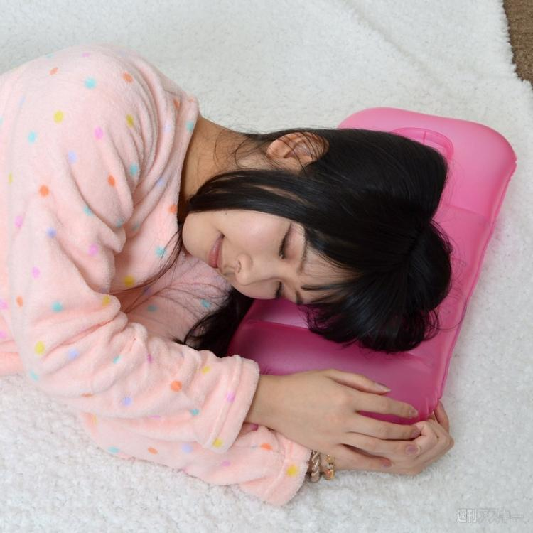 Inflatable Pillow That Holds Your Smart Phone In Bath Tub