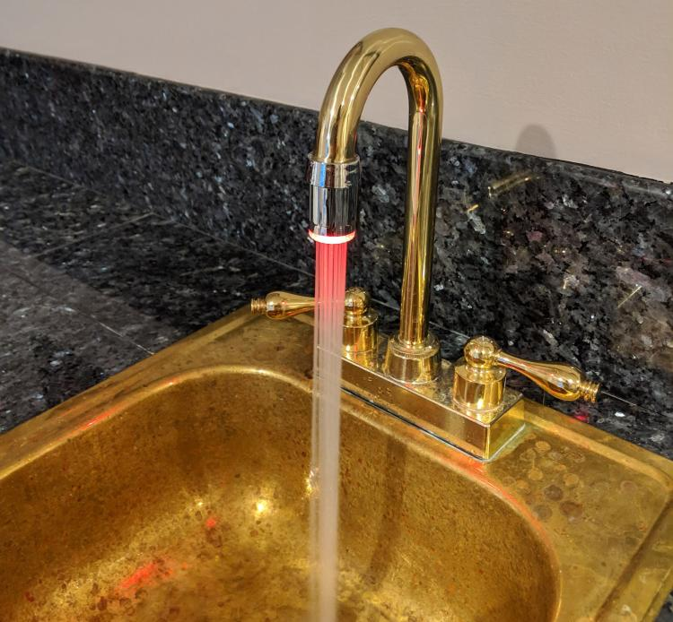 LED Faucet Nozzle Changes Color With Water Temperature - LED light-up aerator