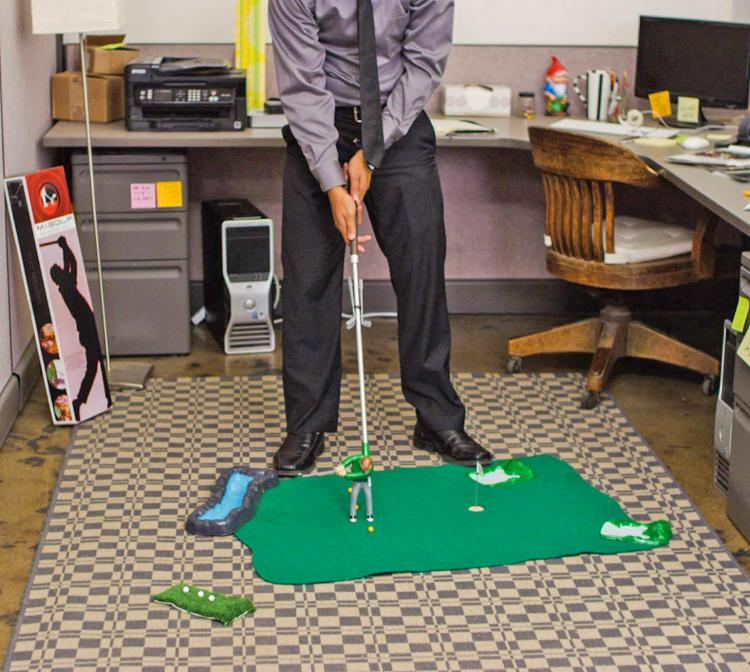 Mini Golfing Man Indoor Golf Game - Best indoor golf game