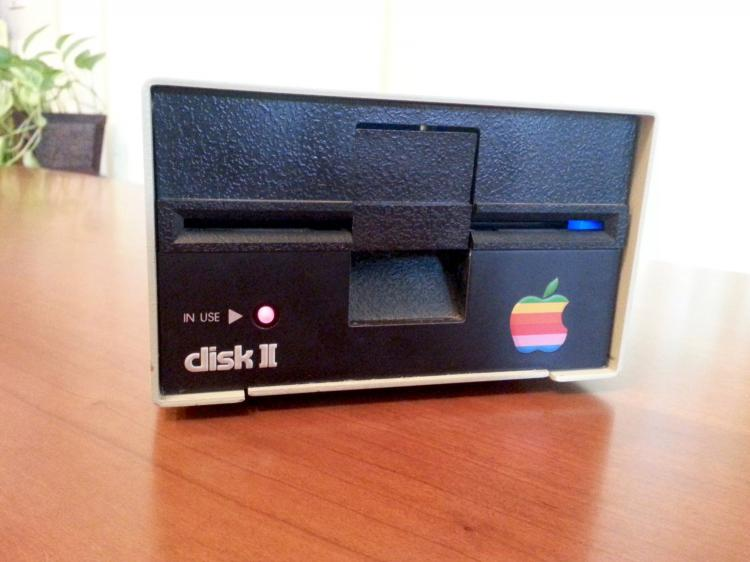 Retro Apple Floppy Drive Made Into a Working Blu-Ray Drive - Apple Disk II Blu-Ray Drive