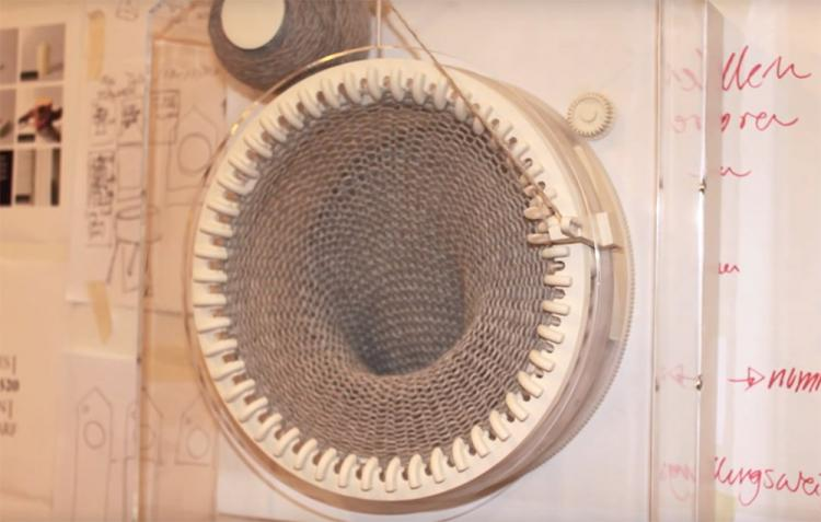 Scarf Knitting Clock - Grandfather scarf knitting clock creates 2-meter long scarf each year