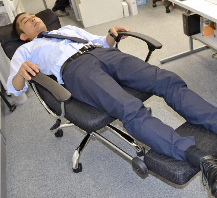 Coolest Japanese Gadgets - Japanese Lay-Flat Office Chair Lets You Lay Down Flat For Naps At The Office